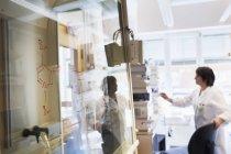 Femme scientifique senior travaillant dans un laboratoire — Photo de stock