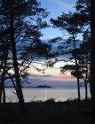 Paysage de la mer avec phare allumé au crépuscule — Photo de stock