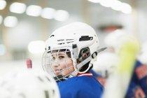 Sorrindo menino vestindo capacete de hóquei — Fotografia de Stock