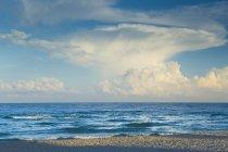 Ciel nuageux éclairé de soleil sur mer — Photo de stock