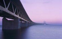 Vista del puente de Oresund de luz del atardecer púrpura - foto de stock