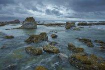Nuvole di tempesta sulla costa rocciosa di Gotland, Svezia — Foto stock