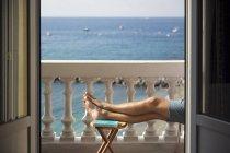 Homem, descansando na varanda, perto do mar, foco seletivo — Fotografia de Stock