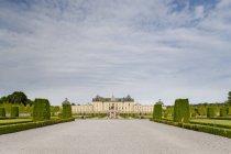 Vista frontal do Palácio de Drottningholm, em Estocolmo, sob céu nublado — Fotografia de Stock