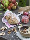Pain, noix, purée de pomme et pommes fraîches sur la table en bois — Photo de stock