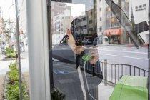 Людина говорити на телефоні, зосередити увагу на передньому плані — стокове фото