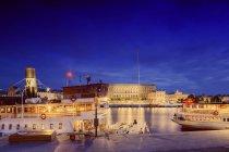 Blick auf Gebäude und Hafen in Stockholm City bei Nacht — Stockfoto