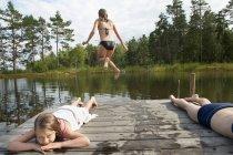 Niñas descansando cerca del lago, enfoque selectivo - foto de stock