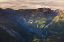Зелений гірський хребет ландшафт і фіорд води — стокове фото