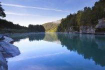 Lago calmo com reflexão das árvores da floresta e hill — Fotografia de Stock