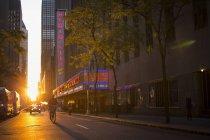 Rue avec piétons au coucher du soleil, mise au point sélective — Photo de stock