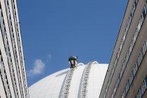 Blick auf das Gebäude oben mit modernem Aufzug — Stockfoto