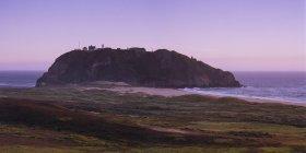 Landschaft mit Point Sur Leuchtturm auf Felsen — Stockfoto
