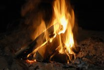 Chiuda sul colpo di falò fiammeggiante — Foto stock