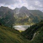 Живописный вид на озеро в пышные зеленые горы — стоковое фото