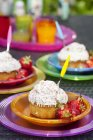 Platten von Cupcakes mit frischen Erdbeeren auf Tisch — Stockfoto