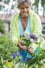 Ältere Frau im Garten, selektiven Fokus — Stockfoto