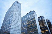 Vue faible angle d'immeubles de bureaux modernes — Photo de stock