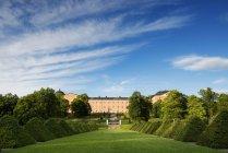 Bâtiment et vert gazon jardin Linnaean, Uppsala, Suède — Photo de stock