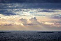 Nuages orageux au-dessus de petites îles de l'archipel Soderarms — Photo de stock
