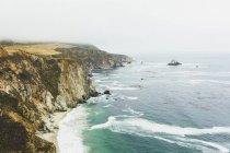 Erhöhter Blick auf die felsige Küste bei Big sur — Stockfoto