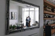 Couple réfléchi dans le miroir, mise au point sélective — Photo de stock