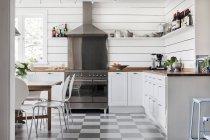 Wohnküche mit weißen Möbeln, Hauseinrichtung — Stockfoto