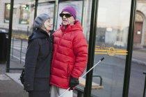 Pareja mayor esperando en parada de autobús, enfoque selectivo - foto de stock