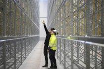 Uomini maturi in abiti da lavoro protettivi in cantiere — Foto stock