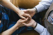 Обрізаний подання пара, тримаючись за руки, вид зверху — стокове фото