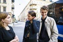 Giovani in piedi in strada a parlare — Foto stock