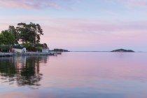 Vieux port de l'archipel de Stockholm avec jetée au coucher du soleil — Photo de stock