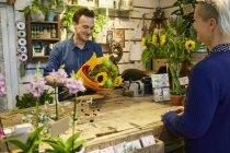 Флорист, що працюють в квітковий магазин — стокове фото