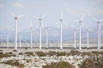 Ветряные турбины против горного ландшафта в Палм-Дезерт — стоковое фото