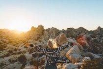 Femme écartant les bras dans le parc national Joshua Tree en regardant la vue — Photo de stock
