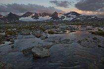 Vue de paysage de montagnes et de la vallée au coucher du soleil — Photo de stock