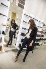 Вибір взуття жінка в одяг зберігати — стокове фото