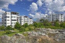 Edificios residenciales bajo cielo azul nublado - foto de stock