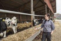 Vue latérale du producteur laitier femme au travail — Photo de stock