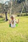 Задній вид дівчина на розпалі, вибіркове фокус — стокове фото