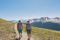 Dos personas haciendo senderismo en el Parque Nacional de las Montañas Rocosas - foto de stock