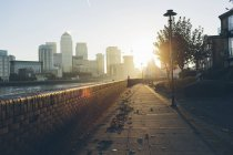 Promenade on shore of River Thames in Rotherhithe — Stock Photo