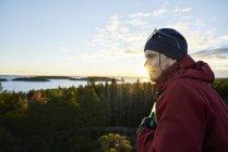 Regarder la vue de l'homme regarder la vue, se concentrer sur le premier plan — Photo de stock