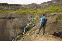 Дивлячись на потік і водоспадів в долині скелястих туристичні — стокове фото