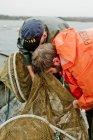 Hommes pêchant en mer — Photo de stock
