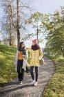 Duas jovens caminhando pelo caminho — Fotografia de Stock