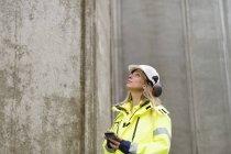 Ingegnere nel settore dell'abbigliamento da lavoro protettivo in cantiere — Foto stock