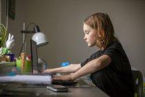 Хлопчик, використовуючи ноутбук на столі, вибіркове фокус — стокове фото