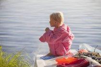 Девушка, сидящая в халате, избирательный фокус — стоковое фото