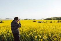 Giovane uomo scattare foto di scena rurale — Foto stock